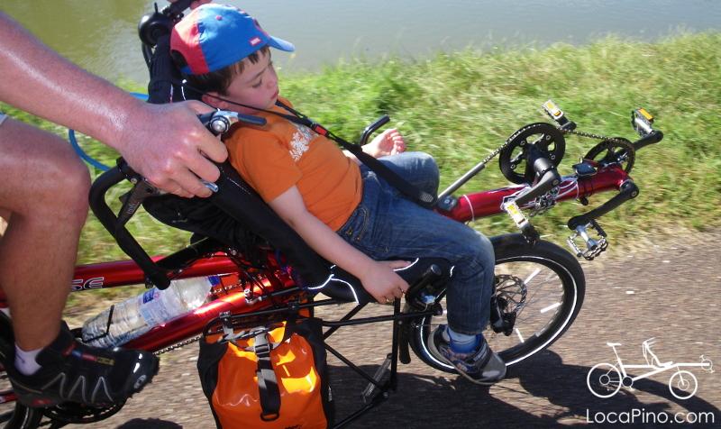 Enfant endormi à l'avant du tandem Hase Pino lors du Tour de Bourgogne à vélo