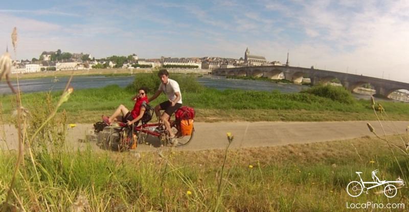 Photo d'un tandem Pino à hauteur du Blois avec le château royal visible, sur le Parcours de la Loire à Vélo