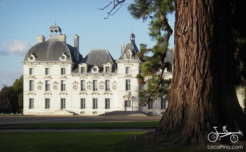 Le Château de Cheverny qui fait partie des boucles des Châteaux à vélo et qui présente une exposition sur Tintin (Moulinsart)