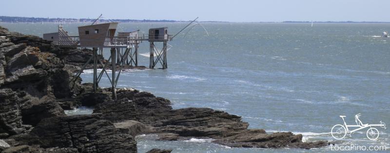 Vue des cabanes de pêche entre la Pointe Saint Gildas et Pornic, sur la Vélodyssée