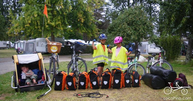 Enfants qui voyagent en itinérance vélo avec des sacoches