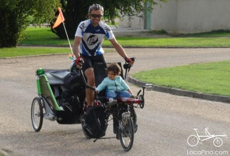 Un tandem Pino équipé d'une carriole pour enfants sur le parcours de la Loire à Vélo
