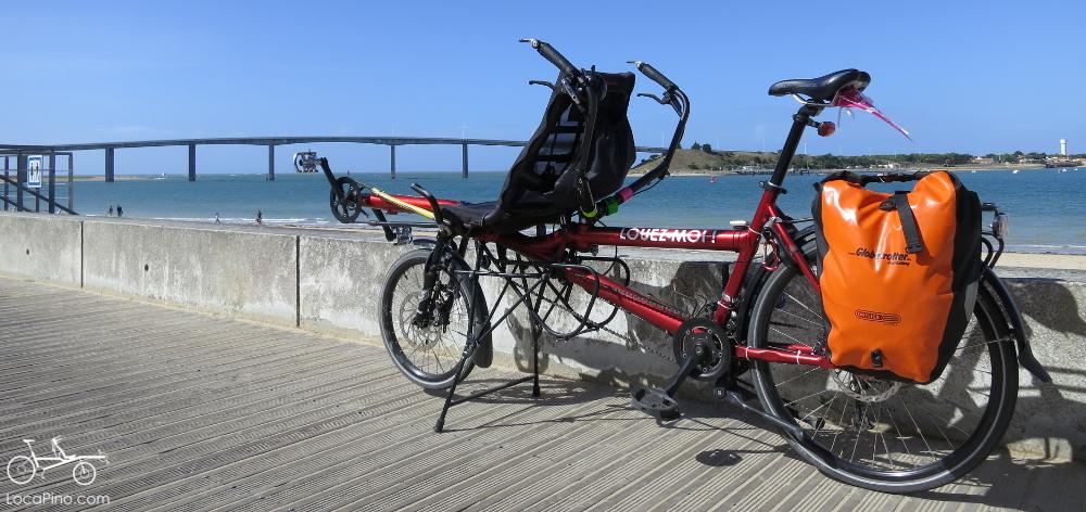 Un tandem Pino devant la plage et le pont de l'Ile de Normoutier