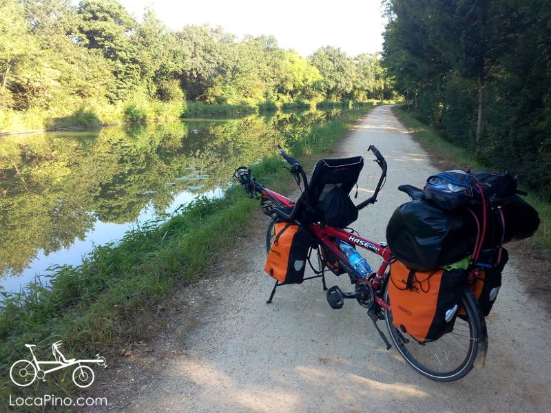 Un tandem pino Hase et ses sacoches sur le canal de Nantes à Brest / Roscoff du côté de Nort sur Erdre