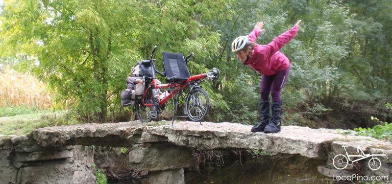Un vélo tandem Pino de Hase Bikes sur un petit pont