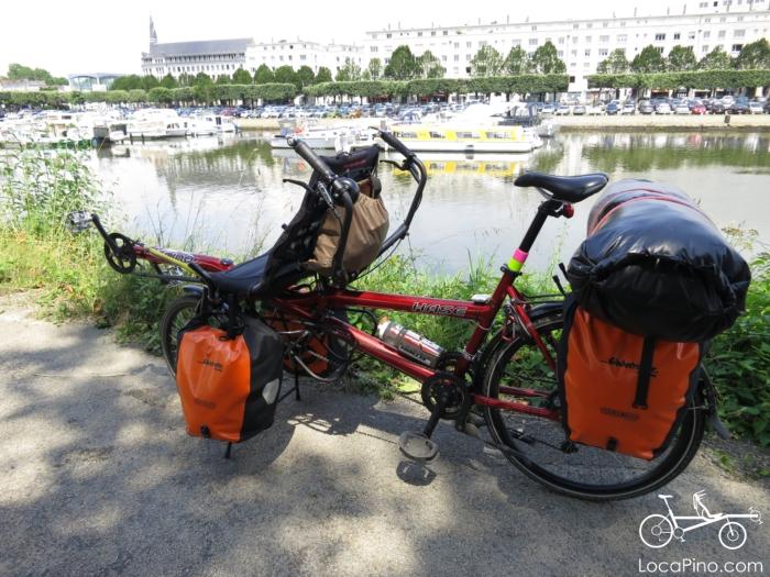Un tandem Pino sur la Loire à Vélo à Nantes devant le canal Saint Félix sur l'Erdre et la Musette