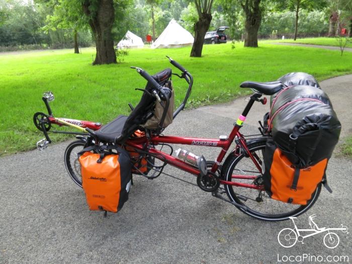 Un tandem Pino lourdement chargé pour la randonnée vélo