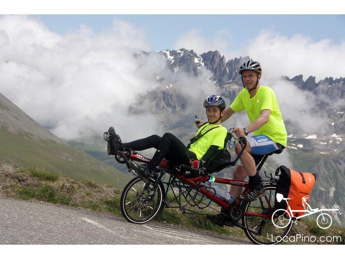 Deux cyclistes sur un Pino dans l'ascension finale du Col du Galibier